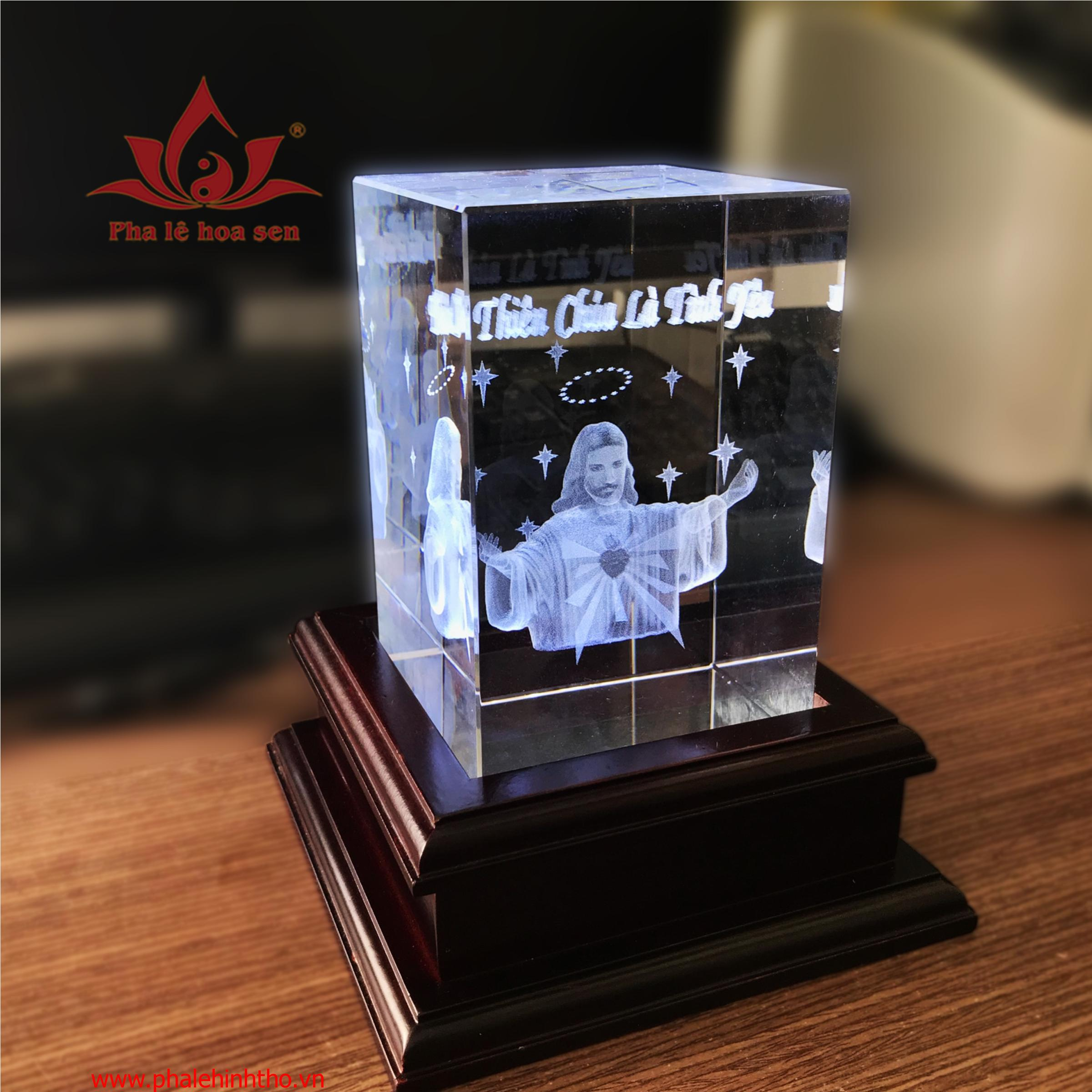 Pha lê khắc laser 3D chúa Giêsu kt 8x12x8cm